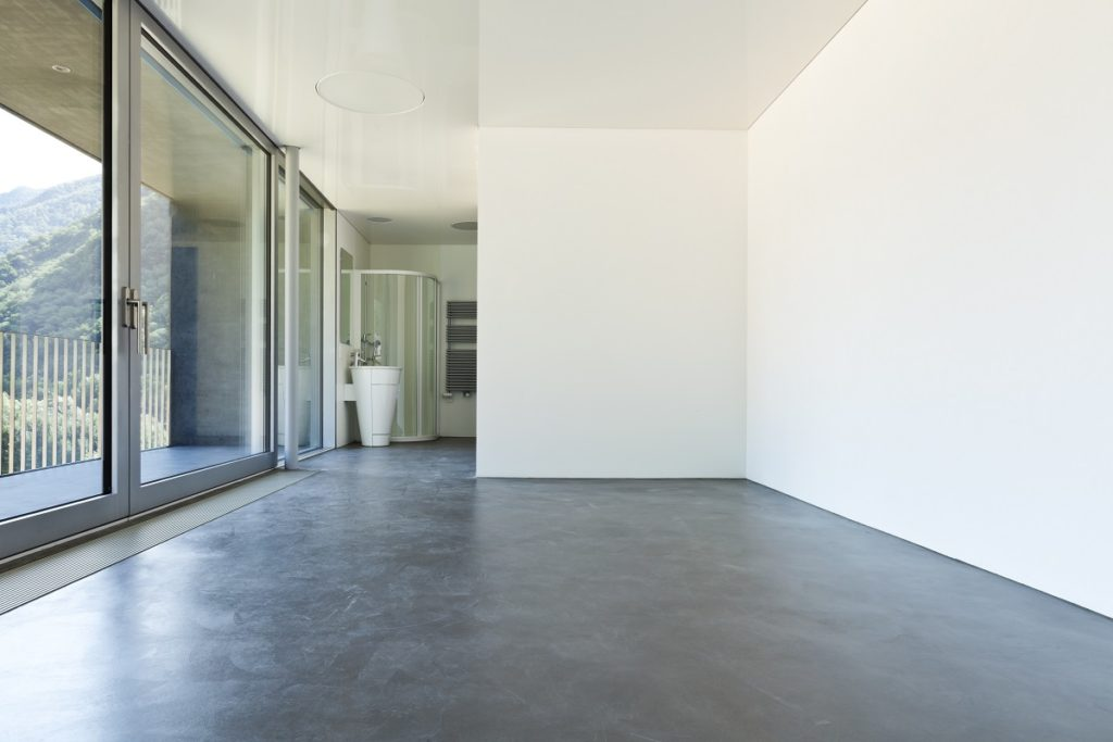 Empty room with concrete flooring